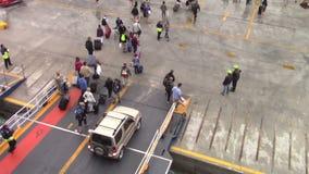 Les gens débarquant du ferry-boat clips vidéos