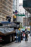 Les gens déchargeant le camion avec des échafaudages sur la 5ème avenue, New York Images libres de droits