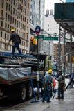 Les gens déchargeant le camion avec des échafaudages sur la 5ème avenue, New York Image stock
