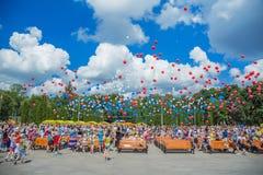 Les gens déchargent des boules dans le ciel Images stock