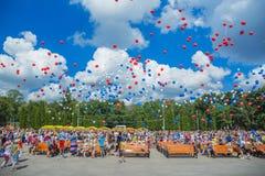 Les gens déchargent des boules dans le ciel Photos libres de droits