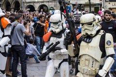 Les gens déguisés dans des costumes de Star Wars photographie stock libre de droits