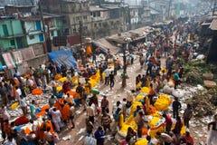 Les gens déménagent par le marché géant de fleur Photographie stock