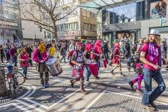 Les gens démontrent contre EZB et capitalisme à Francfort photographie stock libre de droits