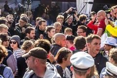 Les gens démontrent contre la célébration du 25ème jour de l'Allemand Images stock