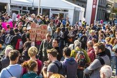 Les gens démontrent contre la célébration du 25ème jour de l'Allemand Images libres de droits