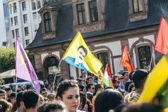 Les gens démontrent contre le meurtre et la violation du peopl kurde images libres de droits
