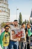 Les gens dénonçant les raids aériens syriens sur la douma Images stock