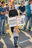 Les gens dénonçant les raids aériens syriens sur la douma Photos stock