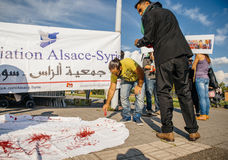 Les gens dénonçant les raids aériens syriens sur la douma Photos libres de droits