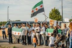 Les gens dénonçant les raids aériens syriens sur la douma Photo libre de droits