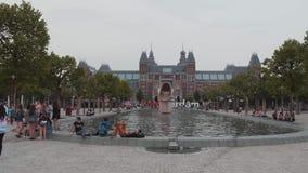 Les gens détendant à la piscine aux musées ajustent avec le Musée National à Amsterdam - à AMSTERDAM - LES PAYS-BAS - JUILLET banque de vidéos