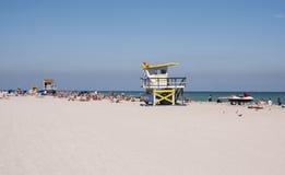 Les gens détendant à la plage du sud Image libre de droits