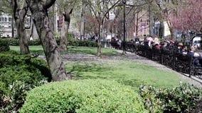 Les gens détendant au parc d'Union Square dans NYC banque de vidéos