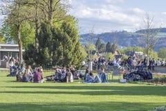 Les gens détendant chez Rosengarten, la roseraie sont un parc au nord-est de la vieille ville de Berne Image stock