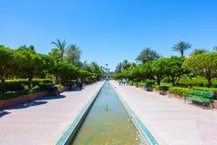 Les gens détendant dans des jardins Marrakech de Koutoubia Photographie stock