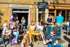 Les gens détendant en cafés Photos libres de droits
