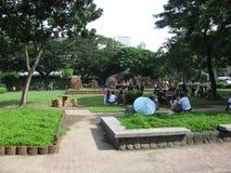 Les gens détendant en parc de Rizal, Manille, Philippines photographie stock