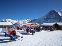 Les gens détendant et appréciant le soleil après le ski sur Männlichen Photos libres de droits