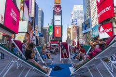 Les gens détendant parfois carré à New York City Images stock