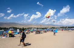 Les gens détendant pendant des vacances d'été au Kirghizistan image libre de droits
