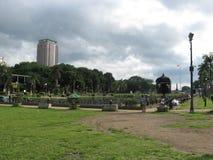 Les gens détendant près de la lagune centrale de parc de Rizal, Manille, Philippines photo stock