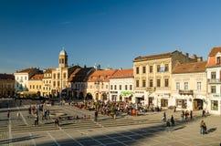 Les gens détendant sur des restaurants dans Brasov du centre Image libre de droits