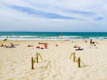 Les gens détendant sur la plage Photographie stock