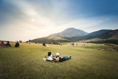 Les gens détendant sur le champ d'herbe verte chez Qintiangang, Yangmingsha Image libre de droits