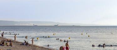 Les gens détendent à la plage devant l'aéroport de Marseille Provence Photographie stock libre de droits
