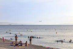 Les gens détendent à la plage devant l'aéroport de Marseille Provence Photos libres de droits