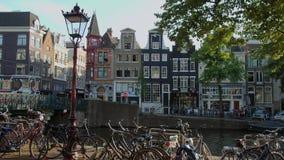 Les gens détendent aux canaux d'Amsterdam - un bel endroit clips vidéos