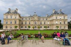 Les gens détendent dans les chaises dans les beaux jardins du luxembourgeois Photos libres de droits