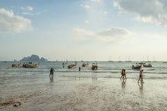 Les gens détendent et marchant à la plage d'ao Nang avant le coucher du soleil Photo libre de droits
