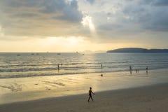 Les gens détendent et marchant à la plage d'ao Nang avant le coucher du soleil Photo stock