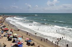 Les gens détendent sur la plage atlantique de côte à Cadix Photo libre de droits