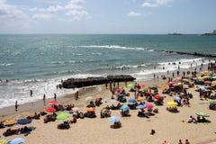 Les gens détendent sur la plage atlantique de côte à Cadix Image stock