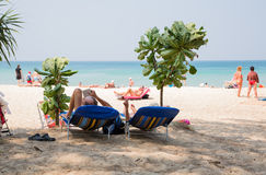 Les gens détendent sur la plage de Karon, Thaïlande Photographie stock