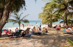 Les gens détendent sur la plage de Karon, Thaïlande Photographie stock libre de droits