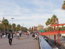 Les gens détendent sur le bord de mer de Barcelone Photographie stock libre de droits