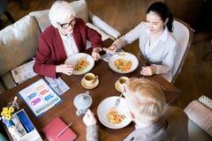 Les gens dînant après travail photo stock