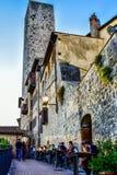 Les gens dînant au coucher du soleil à San Gimignano Photo stock