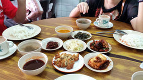 Les gens dînant ensemble Photos stock