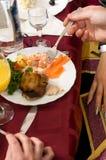 Les gens dînent sur un banquet. Image stock