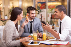 Les gens d'affaires apprécient dans le déjeuner au restaurant Image libre de droits