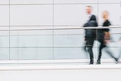 Les gens d'affaires brouillés marchant dans un couloir futuriste, incluent Photographie stock