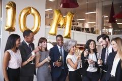 Les gens d'affaires célèbrent la cible de réunion dans le bureau images libres de droits