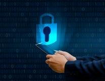 Les gens d'affaires débloqués de presse de main de téléphone d'Internet de serrure de smartphone le téléphone communiquent dans l images libres de droits