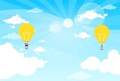 Les gens d'affaires de groupe Fly Air montent en ballon l'ampoule Photo stock