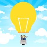Les gens d'affaires de groupe Fly Air montent en ballon l'ampoule Image stock